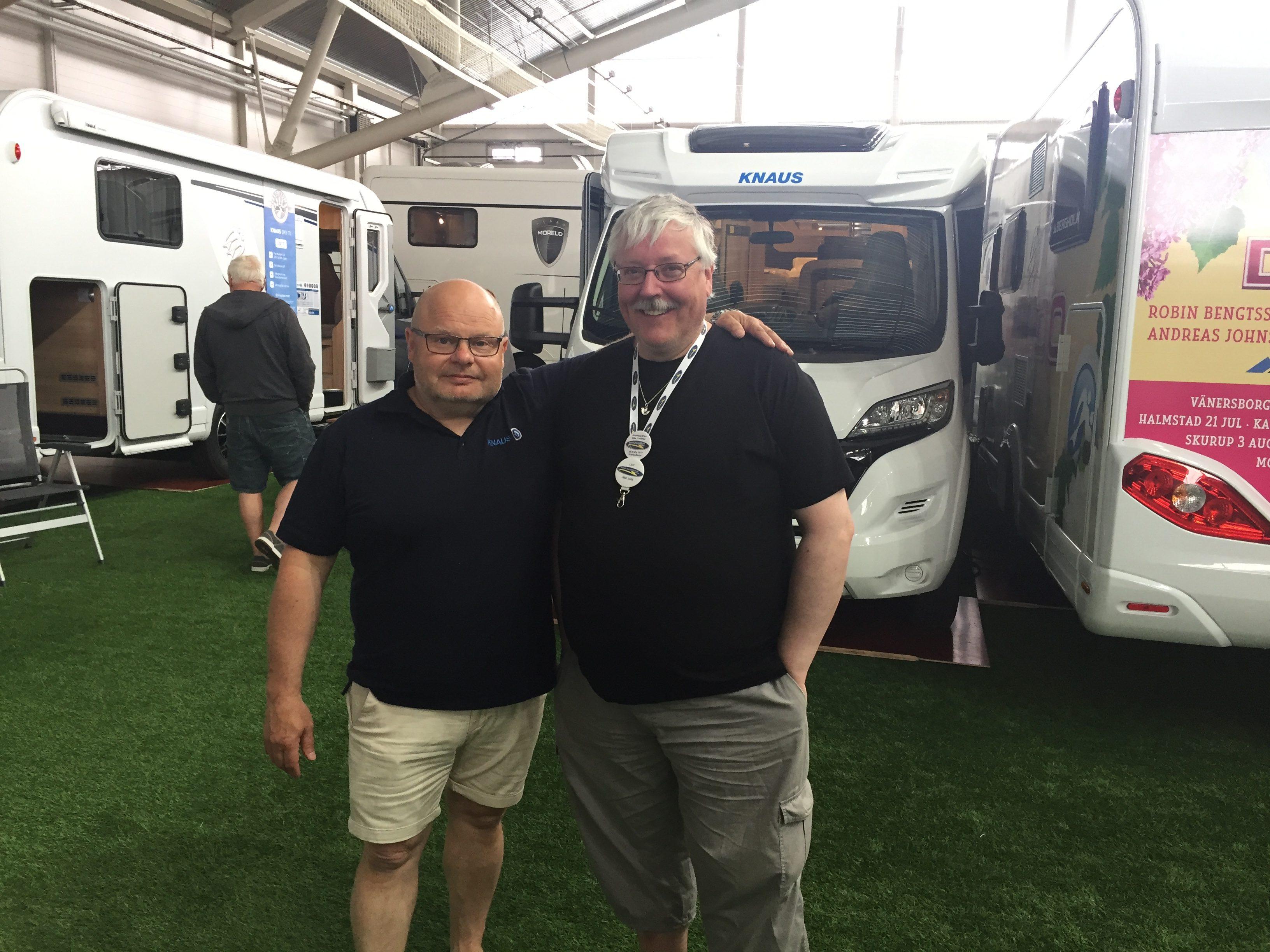Patrik Jonsson, försäljningschef på Bergholm tillsammans med Leif Edström, ordförande i Husbilsklubben.