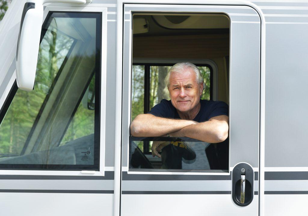 Glenn Hysén tittar ut genom fönstret vid husbilens förarhytt