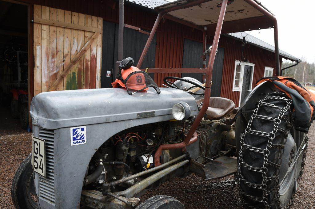 En kär vän. Traktorn hemmavid får av sin ägare den omsorg en 67-åring som slitit hårt förtjänar. Foto: Tommy Holl