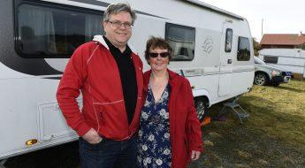 Magnus och Maria står framför sin husvagn. Foto: Tommy Holl