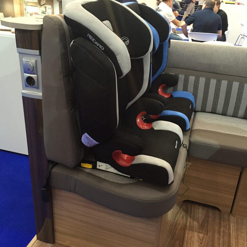 Bilden visar barnstolar fästa i Isofix-fästena. Exemplet kommer från en demobil vilket gör att utseendet skiljer sig något från den svenska husbilen.