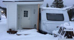 Varm och vinterredo husvagn i snölandskap