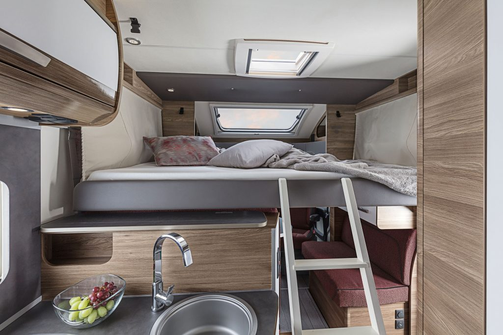 Den främre sängen nedfälld och redo för läggdags, eller vila!