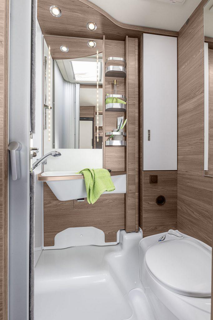 Komfortbadrummet i 650 MEG har en svängbar vägg för hög komfort. På andra sidan svängväggen sitter handfatet.