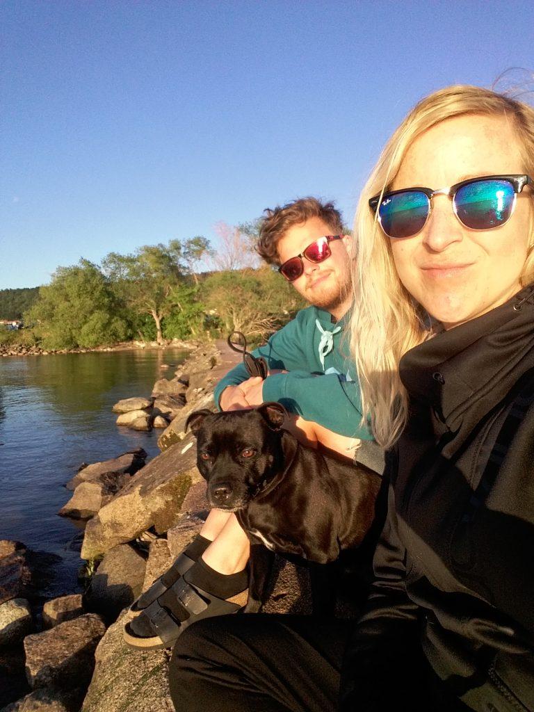 Erik, Linda och hunden Java vid ett stopp i Gränna.