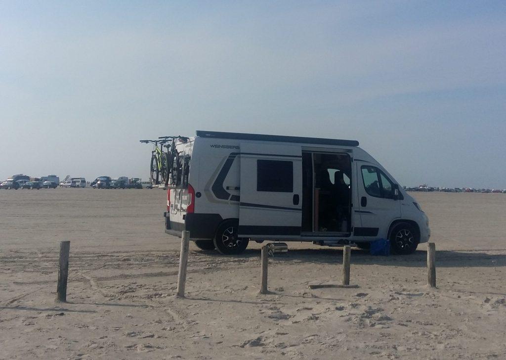 I Sankt Peter-Ording kunde Linda och Erik ställa sin Weinsberg-plåtisen direkt på stranden.