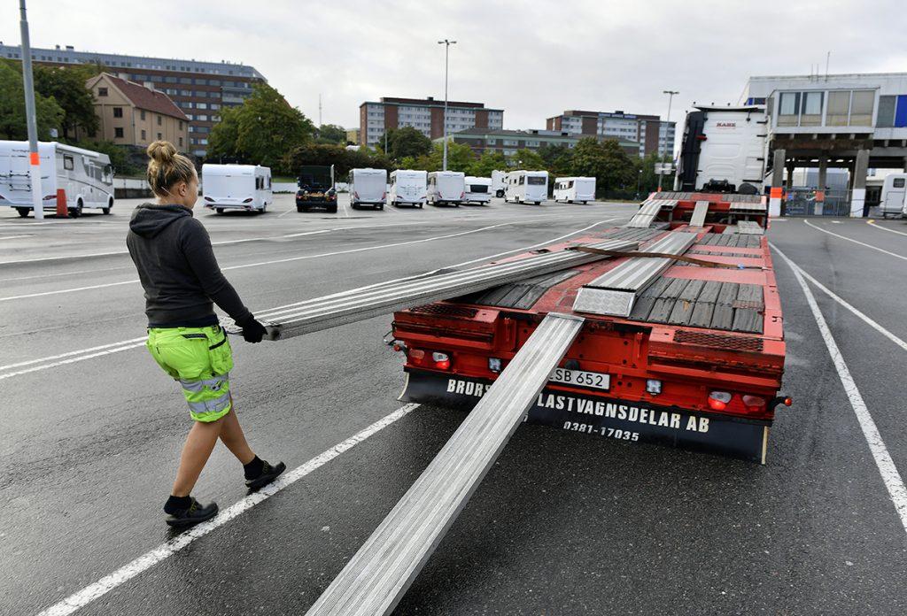 Cornelia Tidqvist förbereder för Bergholms husbilar som ska köras till Elmia i Jönköping. Foto: Tommy Holl