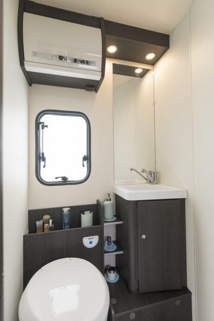 I flera av modellerna har toalett och handfat separerats från duschutrymmet för att nyttja ytan effektivt.