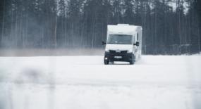 """Motorlegenden Janne """"Flash"""" Nilsson imponeras av Knaus fyrhjulsdrivna husbil"""
